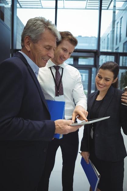 Бизнесмены, использующие цифровой планшет Premium Фотографии