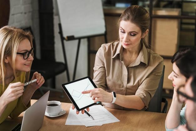 会議中にタブレットを使用するビジネスマン 無料写真