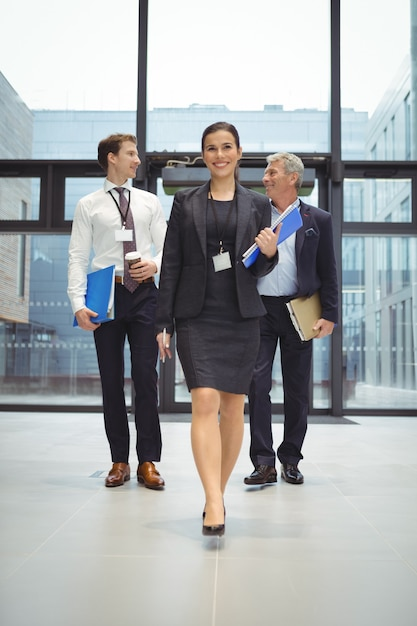 Бизнесмены, идущие вместе с файлом Premium Фотографии