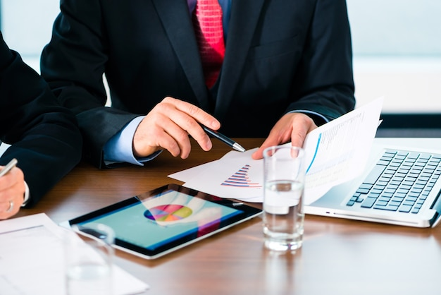 Businesspeople working with tablet computer Premium Photo