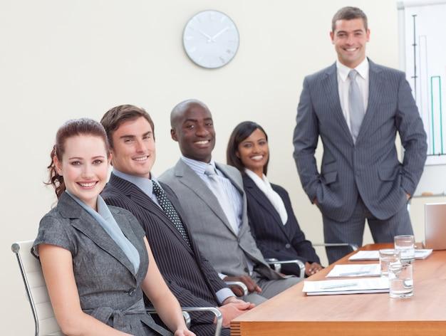 利益と税金を分析する会議のbusinessteam Premium写真