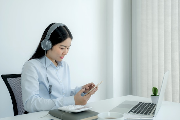 Деловая женщина анализирует график и проводит видеоконференцсвязь с ноутбуком в домашнем офисе для постановки сложных бизнес-целей и планирования для достижения новой цели. Premium Фотографии