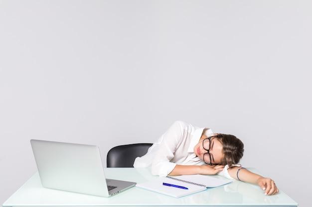 Donna di affari addormentata al suo scrittorio isolato su fondo bianco Foto Gratuite