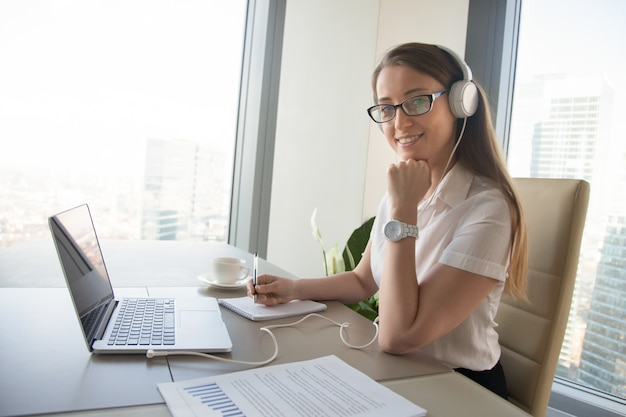 Businesswoman communicates with colleagues online Free Photo