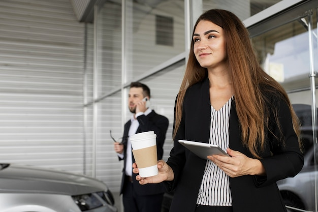 Деловая женщина, наслаждающаяся днем в офисе Бесплатные Фотографии