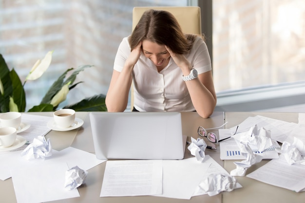 Businesswoman goes mad because of missing deadline Free Photo