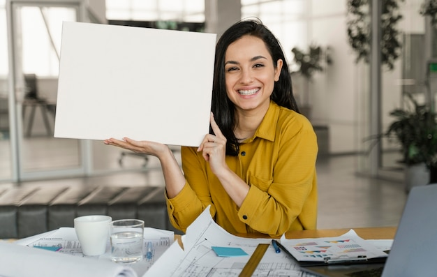 空白のカードを保持している実業家 無料写真