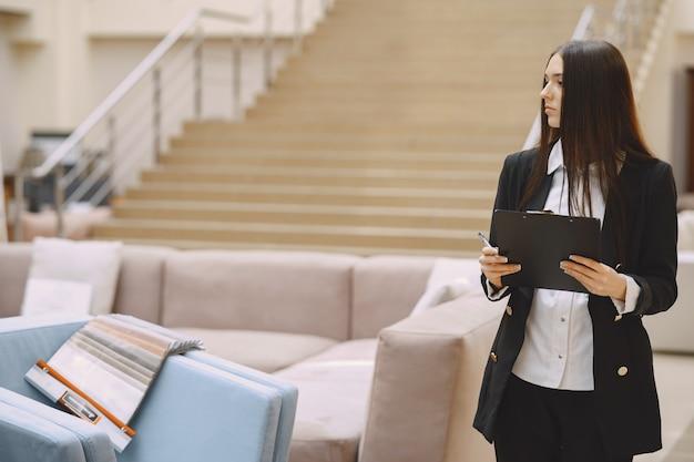 オフィスで黒のスーツの女性実業家 無料写真