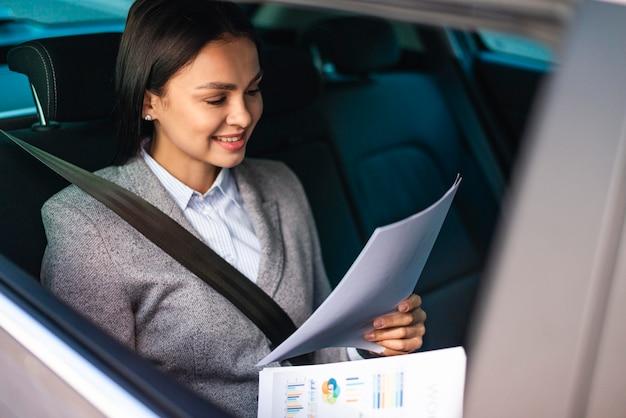 車の実業家のレビュー文書 Premium写真