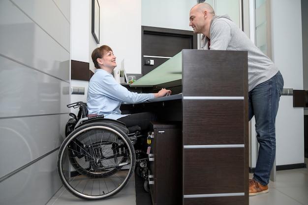 車椅子と男の長いビューの実業家 無料写真