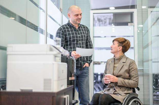 オフィスでの車椅子の女性実業家 無料写真