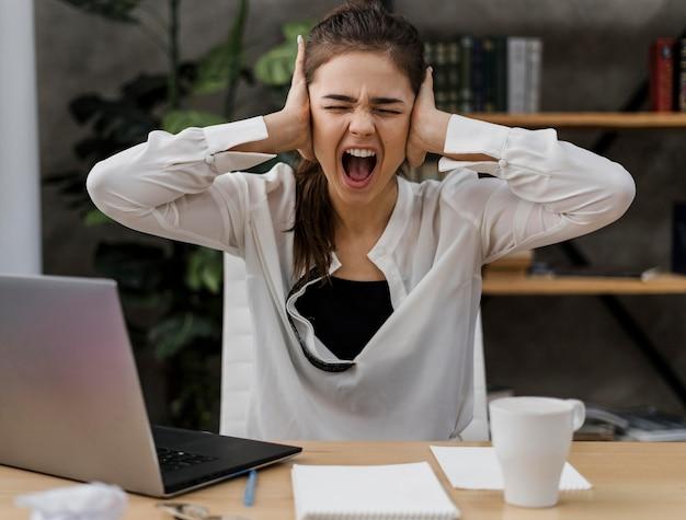 Деловая женщина выглядит сердитой во время работы из дома Бесплатные Фотографии