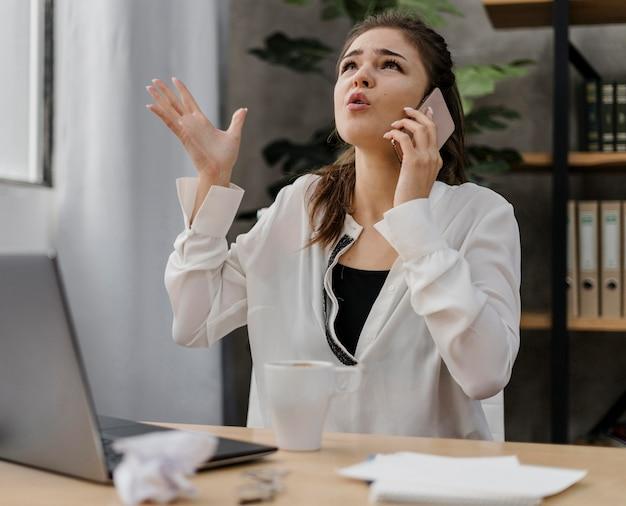 Деловая женщина выглядит разочарованной во время звонка Бесплатные Фотографии