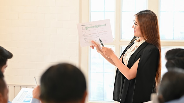 Businesswoman presenting data business Premium Photo