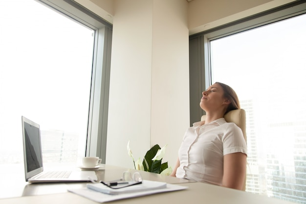 Businesswoman resting for increasing productivity Free Photo
