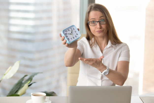 Businesswoman scolding for being late to work Free Photo