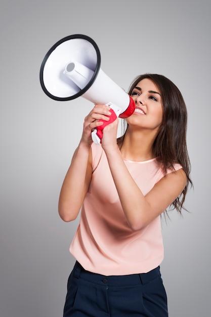 Деловая женщина кричит в мегафон Бесплатные Фотографии