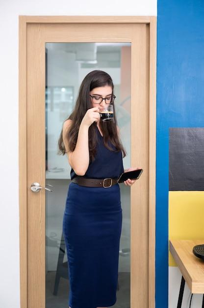 사무실에서 뜨거운 커피를 마시는 서 사업가 프리미엄 사진