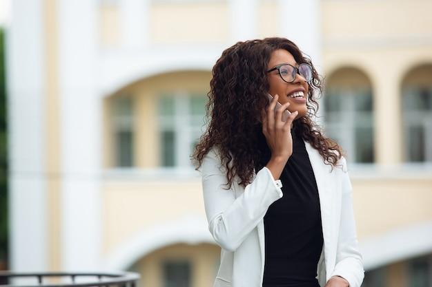 Деловая женщина разговаривает по телефону Бесплатные Фотографии