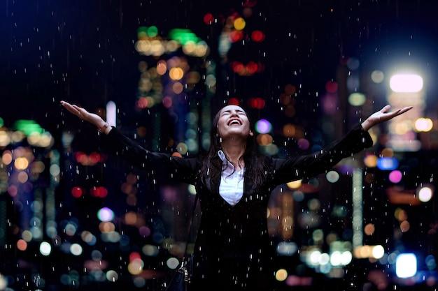 雨の下で実業家 Premium写真