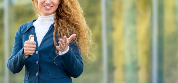 Деловая женщина, использующая дезинфицирующее средство для рук Бесплатные Фотографии