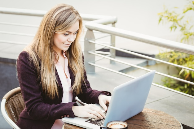 Businesswoman using her laptop in cafe Premium Photo