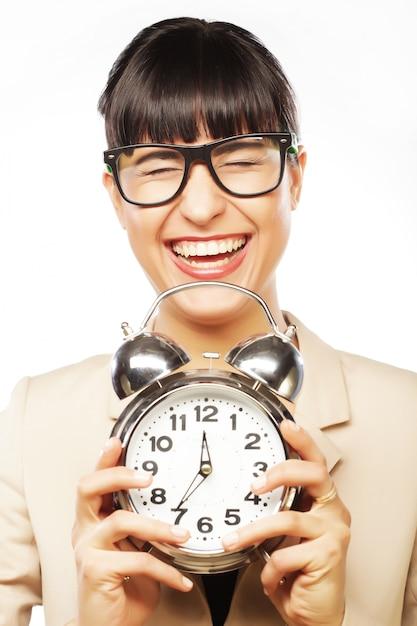 目覚まし時計を保持している眼鏡をかけている女性実業家 Premium写真