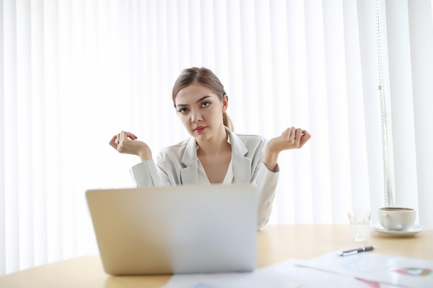 Предприниматель, женщина работает с ноутбуком в офисе Premium Фотографии