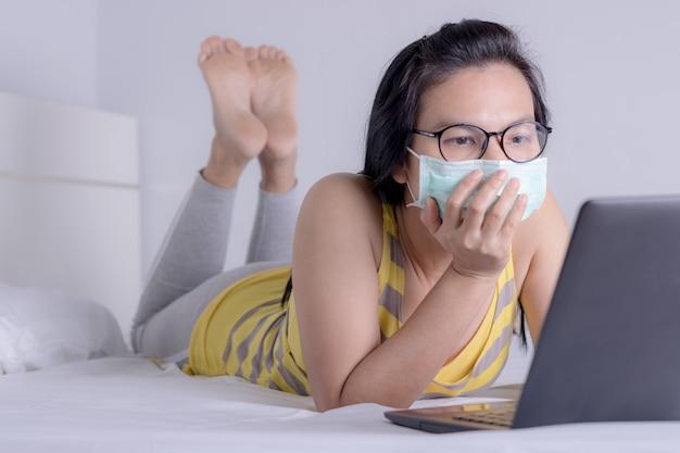 Businesswoman working from home wearing protective mask. quarantine for coronavirus concept. Premium Photo