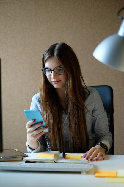 Imprenditrice lavora in ufficio Foto Gratuite