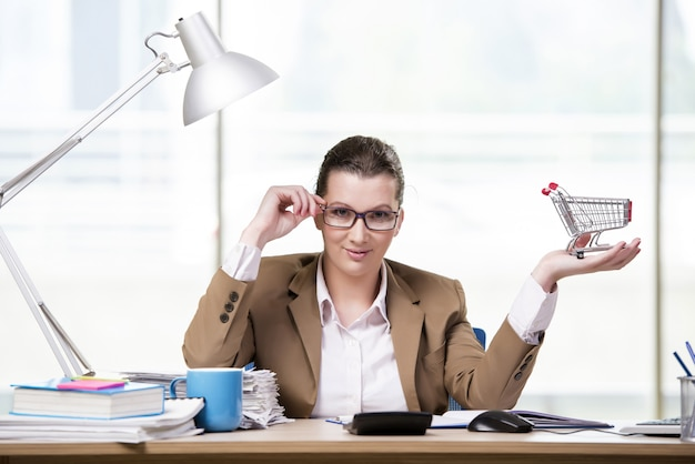 Businesswoman working in the office Premium Photo