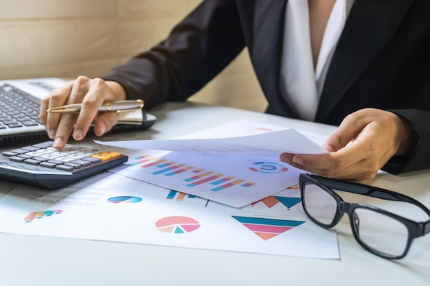 마케팅 그래프 통계 분석 데스크 사무실에서 일하는 사업가 프리미엄 사진