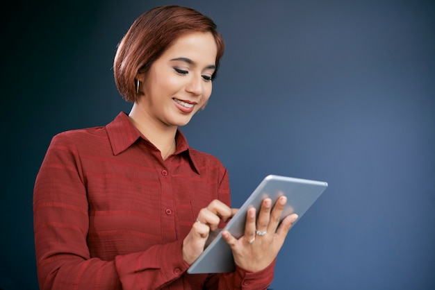 Businesswoman working on tablet Free Photo