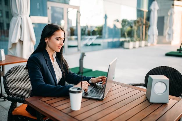 Деловая женщина работает на ноутбуке в офисе, вид сверху Premium Фотографии