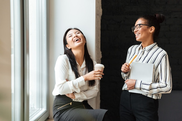 Businesswomen colleagues talking with each other Free Photo