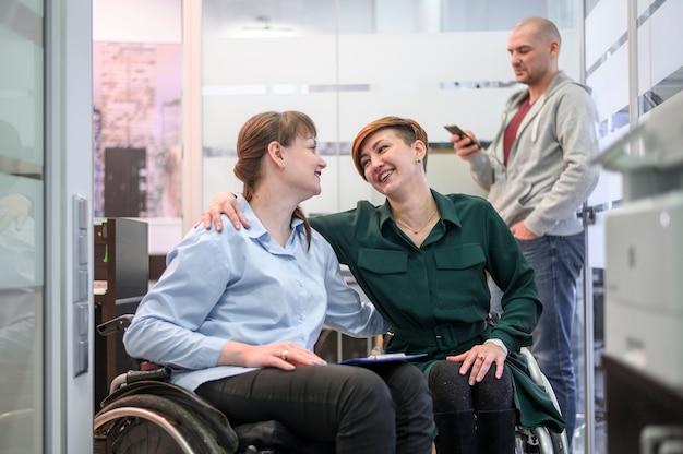 オフィスで車椅子のビジネスウーマン 無料写真