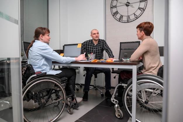 車椅子の長い眺めのビジネスウーマン 無料写真