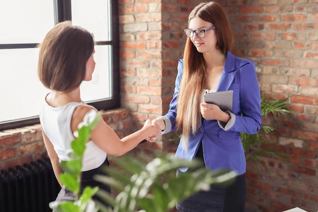 Donne di affari in una riunione in ufficio Foto Gratuite