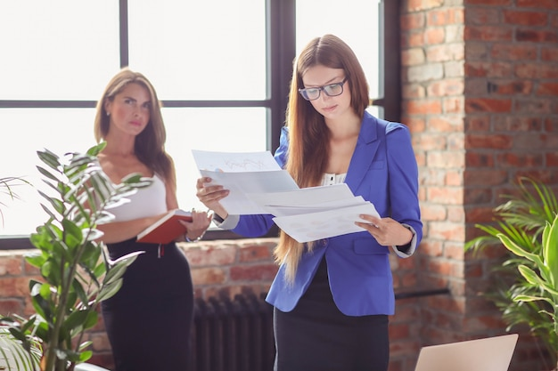 Businesswomen in a meeting at the office Free Photo