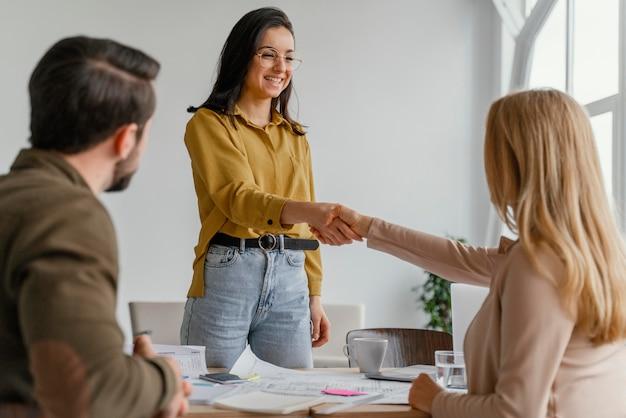 Donne di affari che agitano le mani sul lavoro Foto Gratuite