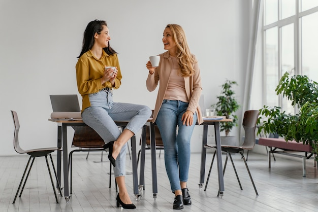 커피 한 잔을 즐기면서 이야기하는 경제인 무료 사진