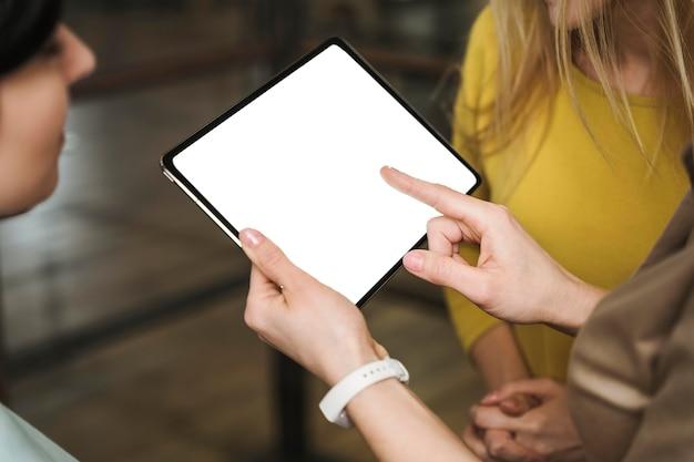 会議中にタブレットを持っているビジネスウーマン 無料写真