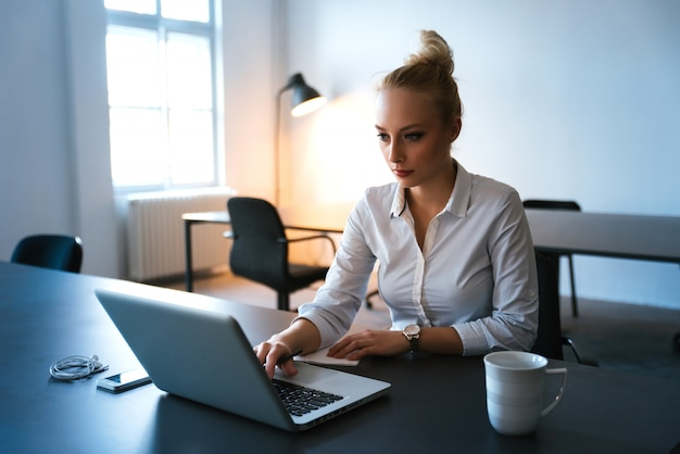Bussiness woman starting her day at the officce Premium Photo