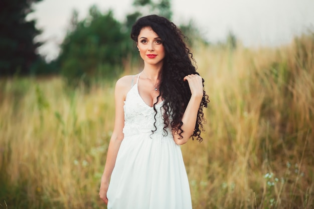 На фото грудастая девушка в белом платье