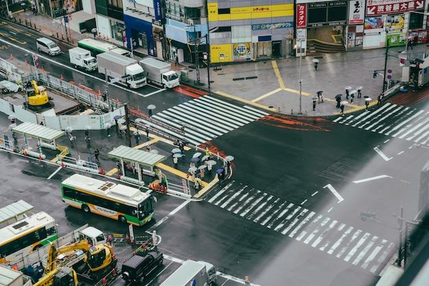 Attraversamento pedonale occupato in città con traffico Foto Gratuite