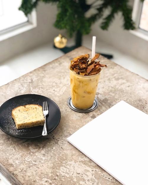 Масляный пирог и холодный напиток на десерт Бесплатные Фотографии