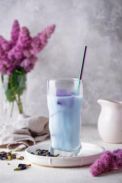 Бабочка гороховый синий чай с молоком Premium Фотографии