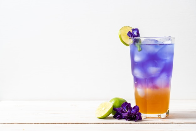 Butterfly pea juice with honey and lime Premium Photo