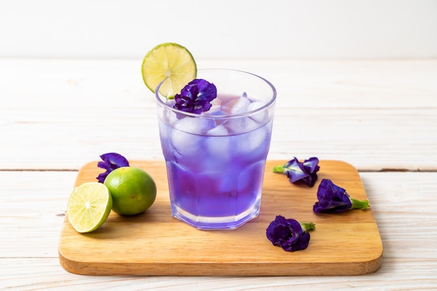 Butterfly pea juice with lime Premium Photo