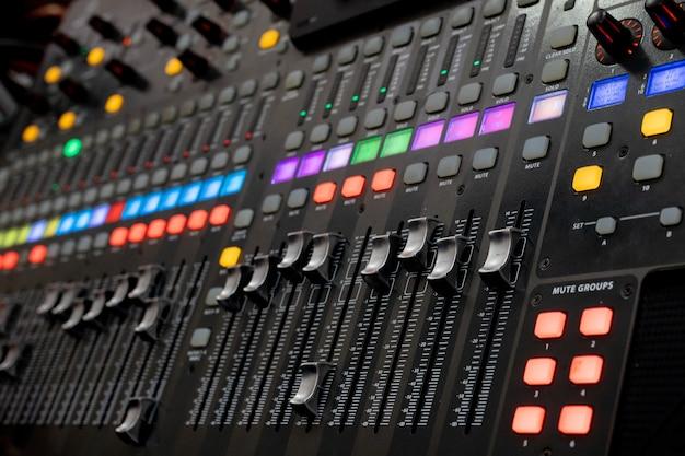 サウンドミキサー制御用ボタン機器、サウンドミキサー制御用機器、電気機器 Premium写真
